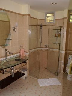 En suite bathroom to the guestrooms