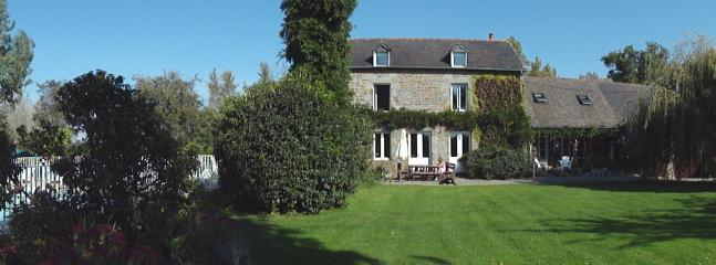 Piscine, maison principale et les jardins