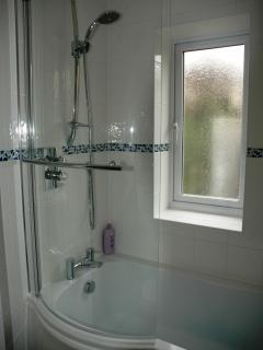 Bathroom (with thermostatic showerbath)