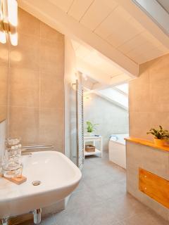 Main bathroom with double jacuzzi bathtub.
