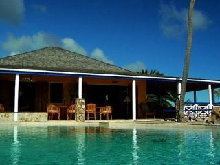 The Carib House, 5 bedrooms with pool and beach, Falmouth