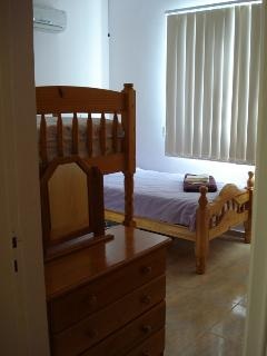 1 SET OF BUNK BEDS 1 SINGLE BED.WARDROBES