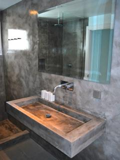 Shared bathroom for twin/double bedrooms