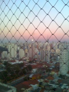 vista da janela mostrando a cidade