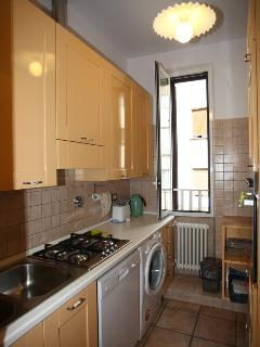 Fully equipped kitchen side B: stove, two ovens, lavastofiglie, washer / dryer, a window.