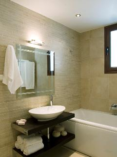 Large bathroom with hydromassage tub