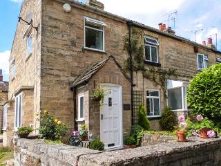 CABBAGE HALL COTTAGE, pet-friendly cottage, close pubs, romantic retreat, WiFi,
