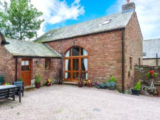 COBBLESTONE BARN, detached, multi-fuel stove, en-suite, village location, in Melmerby, Ref 914694