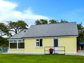 MOYBELLA LODGE, detached cottage with WiFi, en-suite, off road parking, garden, in Ballybunnion, Ref 914867