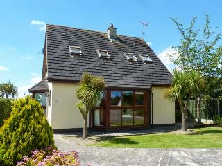 NO. 5 SANDYCOVE, detached cottage, two sitting rooms, open fire, beach close by, near Gorey, Ref 914752