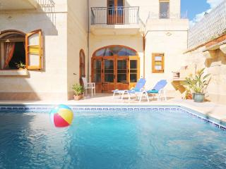 Holiday House with 4 bedrooms & private pool, Ghajnsielem