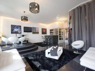 Up to10, suite  on Champs Elysées