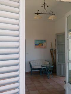 l'ingresso della casa con il divano e le poltroncine utilizzabili anche in veranda