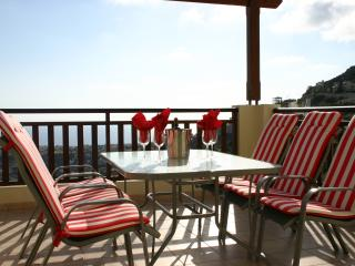 Relax and enjoy panoramic sea views over Coral Bay and free Wi-FI