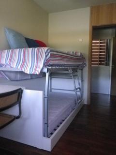 la cama se convierte en litera