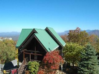 3 Bedroom Smoky Mountain View on Ski Mountain Cabin Rental with Hot Tub