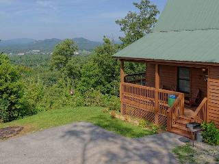 Large 2 bedroom cabin,mountain view 2 miles to Downtown Pigeon Forge TN, Sevierville