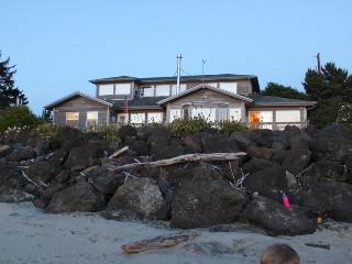 Classic, bayfront family home w/ incredible views & beach access!, Waldport