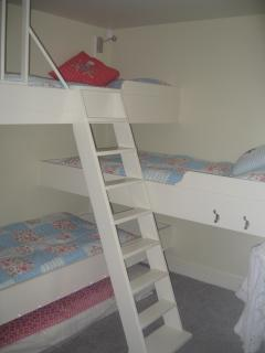 Clever triple bunks