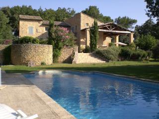Chambre Ouest, lits jumeaux, dans mas provençal, piscine, tennis