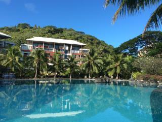 La residence, les pieds dans l'eau avec son immense piscine face à l'océan