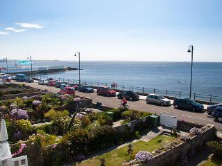 Captain's Lookout - on the seafront with fab views, Penzance
