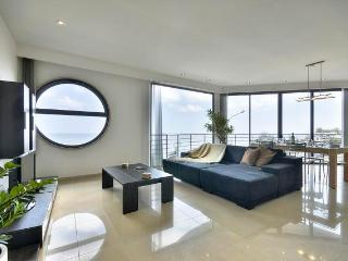 Stunning Seafront Apartment, Sliema