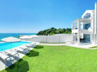 SEAFRONT VILLA-PRIVATE HEATED POOL-HOTTUB-PLAYAREA, Corfú