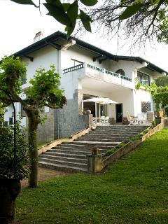 Hiru Anaiak - The villa from the garden