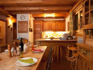 The chalet kitchen and dining area