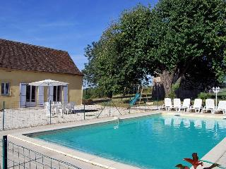 3030 Beautifully renovated farmhouse with pool