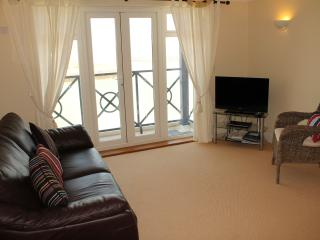 A nicely presented and modern flat with great sea and harbour views sleeps 4