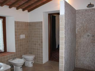 Villa Castagna_en suite bathroom