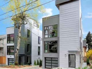 Modern 3br. walk to google. garage and roofdeck, Seattle