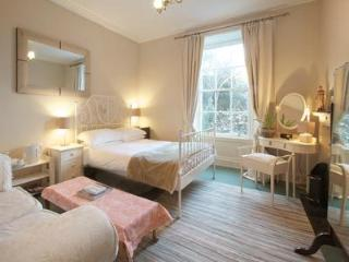Cosy & Central 400m from airport tram, Edinburgh