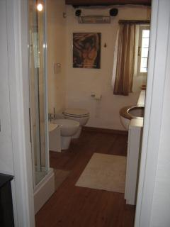 Adjourning bathroom to the 2nd fr master bedroom, with sauna shower, WC, bidet & washbasin.