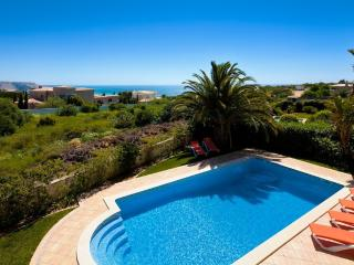 Praia da Luz, Large salt water pool, (option to heat)  Great Sea views,Free WIFI