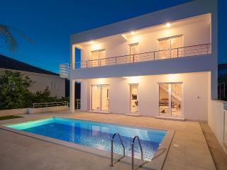 Luxury South facing Vila close to Beach and Trogir
