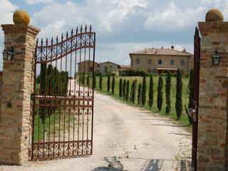 Le Volpaie: 2 bedroom apartment with balcony overlooking stunning Tuscan countryside, shared pool and garden, Volterra