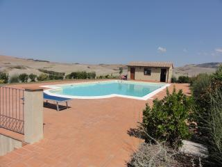 Le Volpaie: 2 bedroom apartment with balcony overlooking stunning Tuscan countryside, shared pool and garden