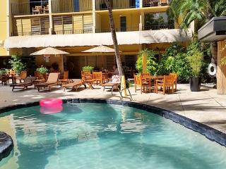 Bamboo Hotel - Queen Studio with Balcony - Steps to Waikiki Beach
