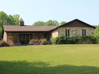Luxury 4 BR Stone House on 25 ac near town & gorge, Fayetteville