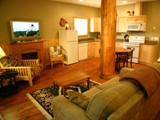 Goergous 1 bedroom cabin suite #1.  Winner of 2014 Tripadvisor Certificate of Excellence!, Ucluelet
