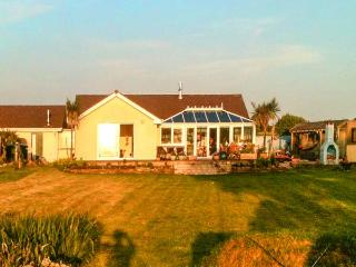 SKYGAZER'S REST, detached, single-storey, woodburner, hot tub, sea views, garden, in Morwenstow, Ref 913822