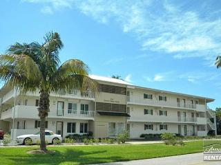 Beautiful 1st floor condo in Olde Naples just 3 blocks from the beach, Nápoles