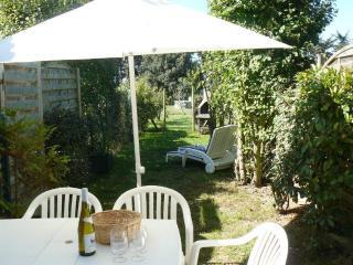 La terrasse avec son salon de jardin, vous attend