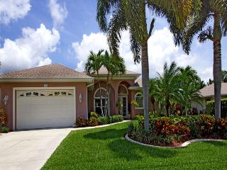 GORGEOUS HOLIDAY VILLA, NEWLY BEAUTIFULLY FURNISHED, STEP FROM ROSE GARDEN, Cape Coral