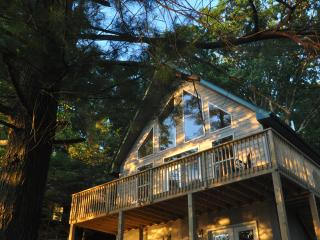 WALLENPAUPACK LAKEFRONT Chalet - Amazing Sunsets Best Location-Dock - Central AC