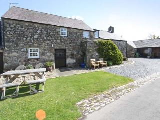 STABLE 2, family friendly, country holiday cottage, with a garden in Llanbedrog, Ref 8901