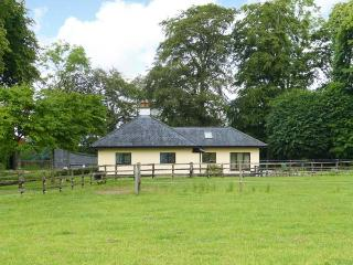 RIVERSFIELD STUD LODGE, detached, ground floor, pet-friendly, WiFi, near Kilmallock, Ref 14648